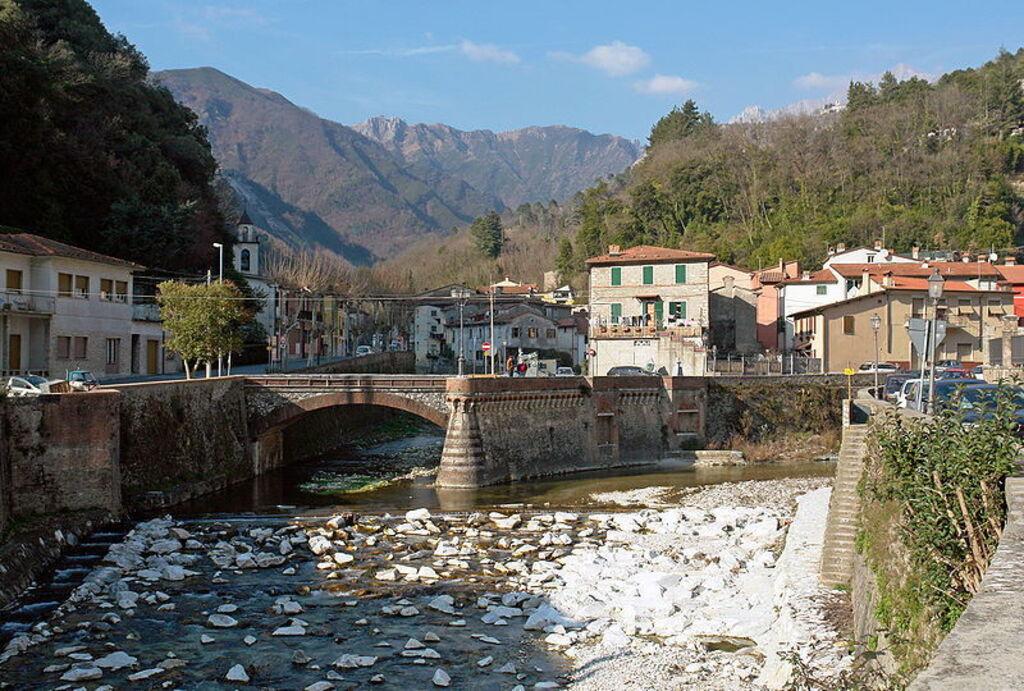 Zicht op het bergstadje Serravezza